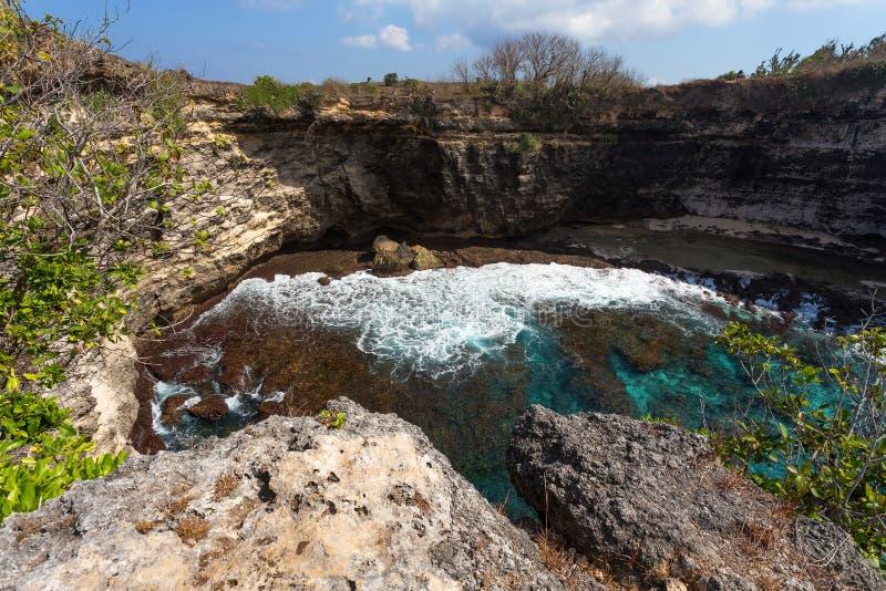 Tunnelkraterkustlinje på den Nusa Penida ön royaltyfria foton