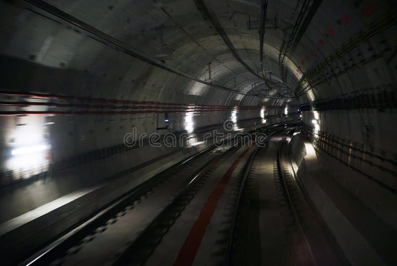 Tunnell souterrain avec deux voies photo libre de droits