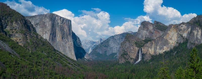 Tunnelsikt i Yosemite nationalparkpanorama fotografering för bildbyråer