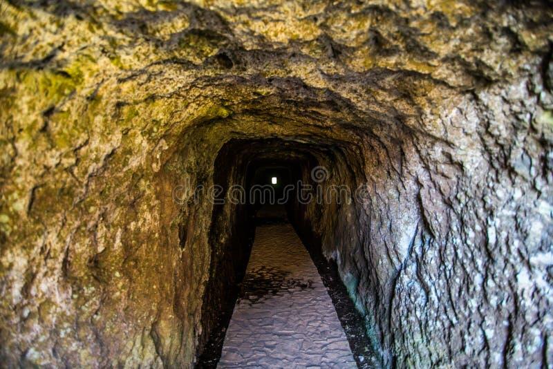 Tunnnel op trekkingsweg op het eiland van Madera Een route tussen twee pieken Pico Ruivo en Pico do Areeiro Verbazende klippenmen royalty-vrije stock foto's