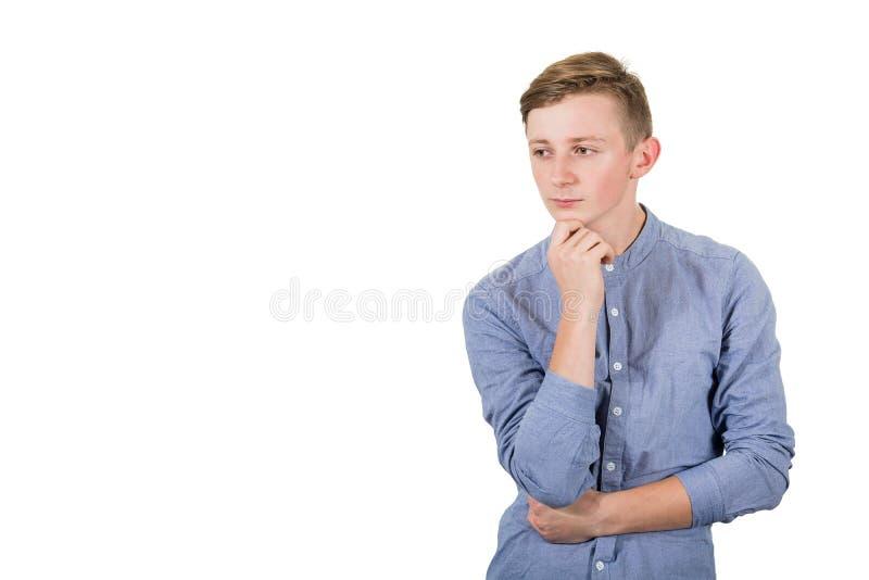 Tunnsamma tonåringar går hand i hand och tittar åt sidan isolerad över vit bakgrund Pensionärkille som menar allvar royaltyfria foton