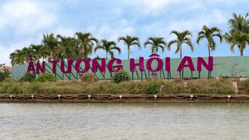 Tuong Hoi знак с деревьями plam в предпосылке, реке Bon Thu, Hoi стоковые фотографии rf