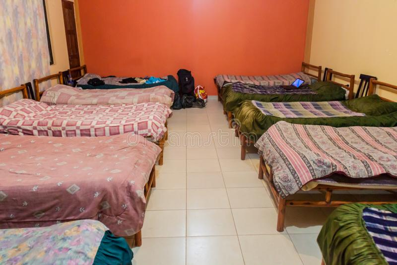 TUPIZA, ΒΟΛΙΒΊΑ - 13 ΑΠΡΙΛΊΟΥ 2015: Κρεβάτια σε ένα δωμάτιο dorm ενός ξενώνα σε Tupiz στοκ εικόνες