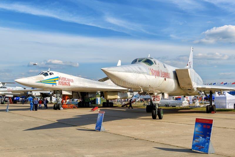 Tupolev estratégico Tu-160 e Tu-22M3 dos bombardeiros do russo fotografia de stock