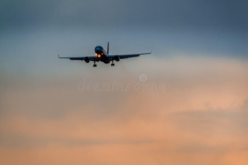 Download Tupolev 204 Skrzydeł Czerwone Linie Lotnicze Ląduje W Burzy Zdjęcie Editorial - Obraz złożonej z czerwień, burza: 53790471