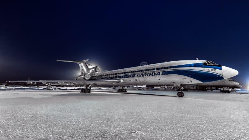 Tupolev Tu-154m Alrolsa linie lotnicze parkować przy lotniskiem przy nocą obrazy stock