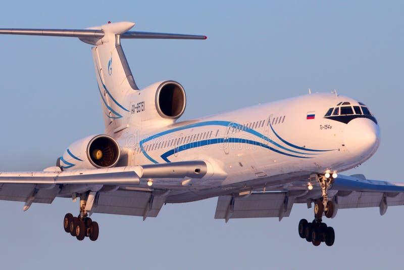 Tupolev Tu-154M stary rosyjski handlowy samolot Gazpromavia linie lotnicze ląduje przy Vnukovo lotniskiem międzynarodowym przy dz zdjęcie stock