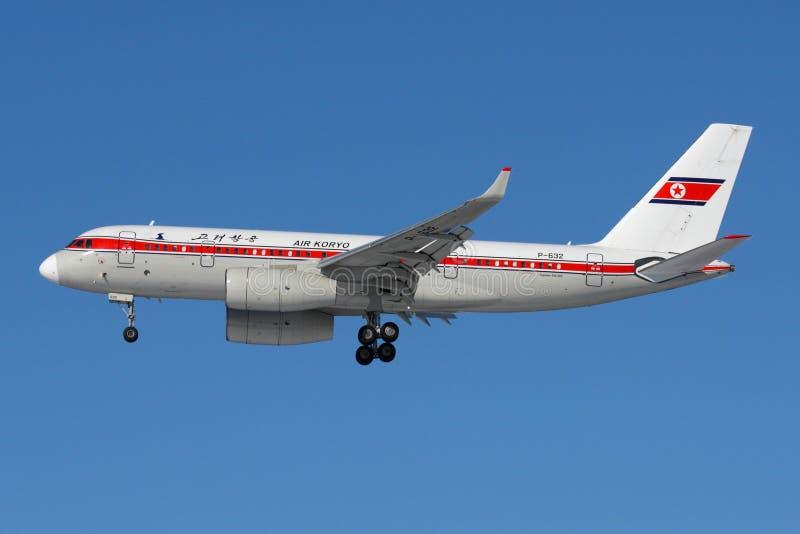 Tupolev Tu-204-300 P-632 delle linee aeree di Air Koryo che atterrano all'aeroporto internazionale di Sheremetyevo fotografia stock libera da diritti