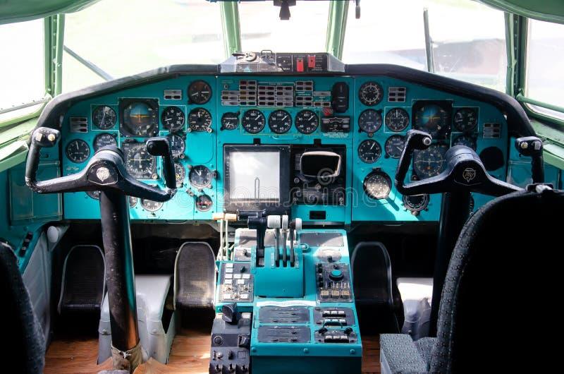 Tupolev Turkije-154 Vliegtuigendashboard Weergeven binnen de cabine van de loods stock afbeeldingen
