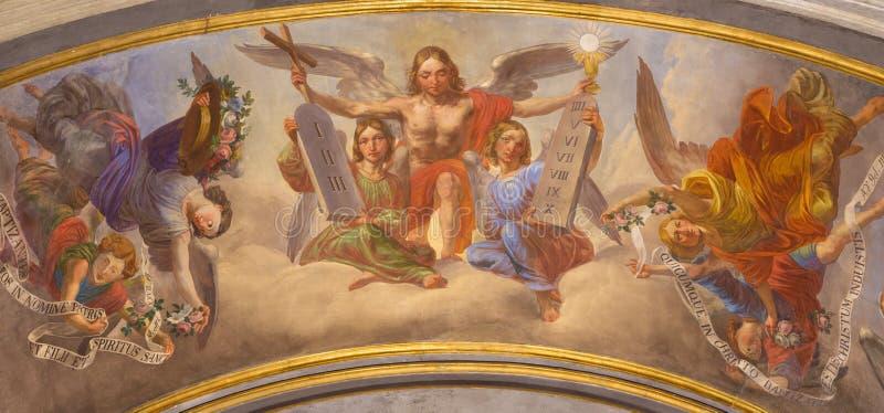 Turín - el fresco simbólico de ángeles con los símbolos del eucharist y del decálogo en Cattedrale di San Giovanni Battista foto de archivo libre de regalías