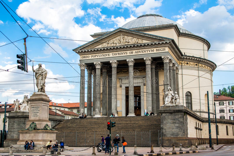 TURÍN, ITALIA - 26 DE ABRIL DE 2016; La iglesia de Gran Madre di Dio i fotografía de archivo