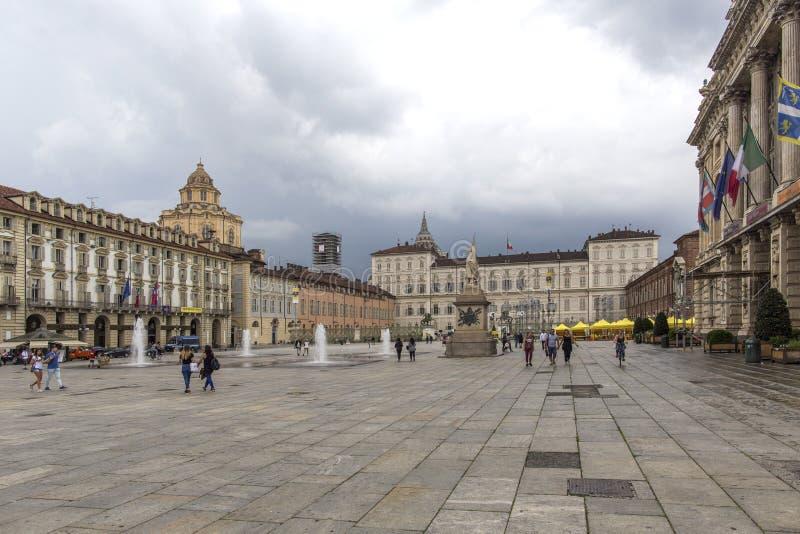 Turín, Italia 12 de junio de 2018: Plaza Castello, cuadrado barroco central en Turín, Italia Turistas que visitan la plaza Castel fotos de archivo libres de regalías