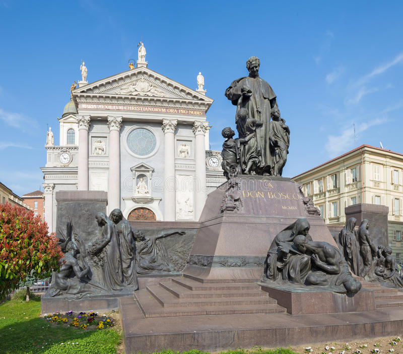 TURÍN, ITALIA - 15 DE MARZO DE 2017: La estatua de Don Bosco el fundador de Salesians delante de la basílica Maria Ausilatrice imágenes de archivo libres de regalías