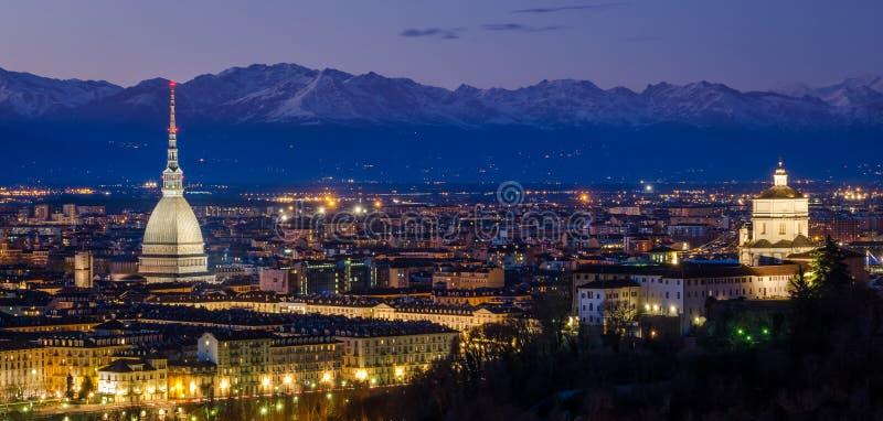 Turín (Torino), panorama de la noche con el topo Antonelliana y montañas fotos de archivo libres de regalías