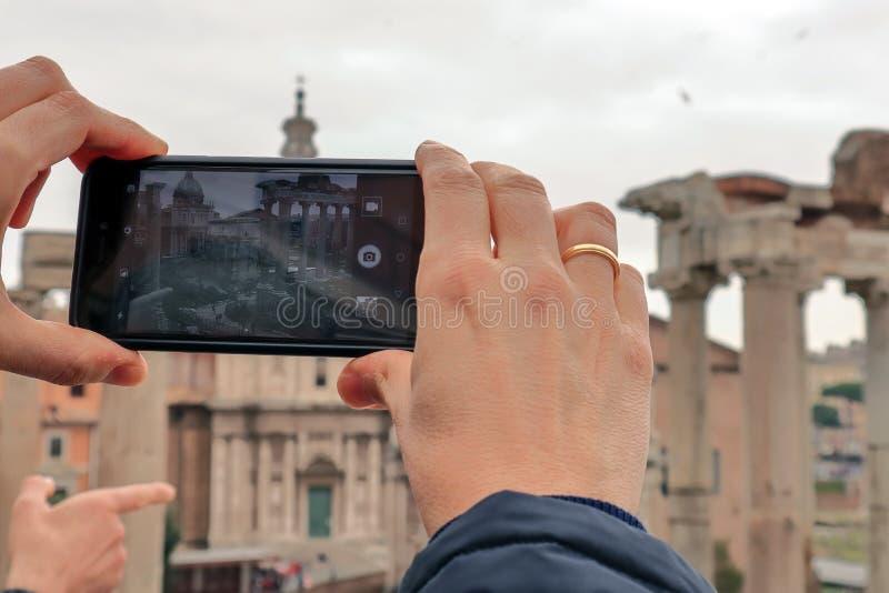 Turístico haciendo una foto con su móvil imagen de archivo libre de regalías