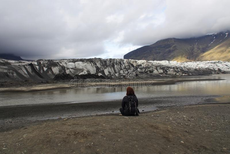 Turístico mirando un glaciar en Islandia fotos de archivo