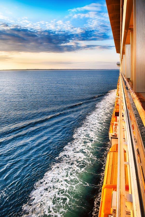 Tur över havet på solnedgången royaltyfri bild