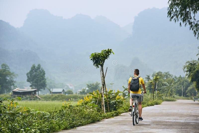 Tur med cykeln i Vietnam royaltyfri foto