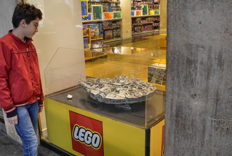 Tur?n, Italia La tienda de Lego en el centro hist?rico fotografía de archivo