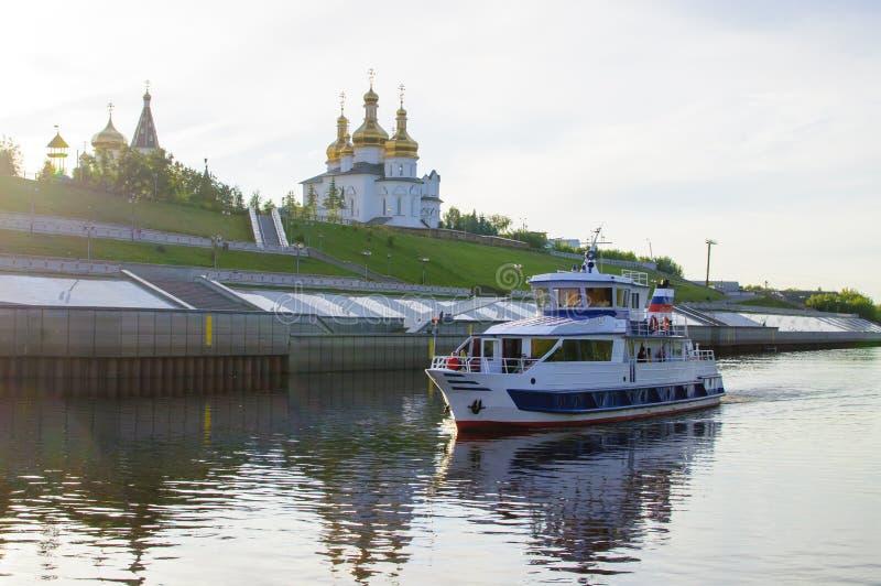 Tura River Embankment em Tyumen, Rússia Monastério da trindade santamente imagens de stock