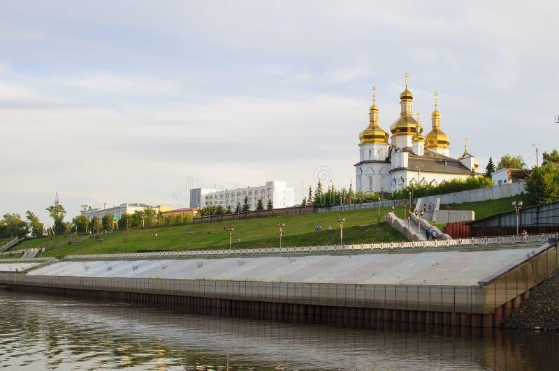 Tura River Embankment em Tyumen, Rússia Monastério da trindade santamente imagem de stock