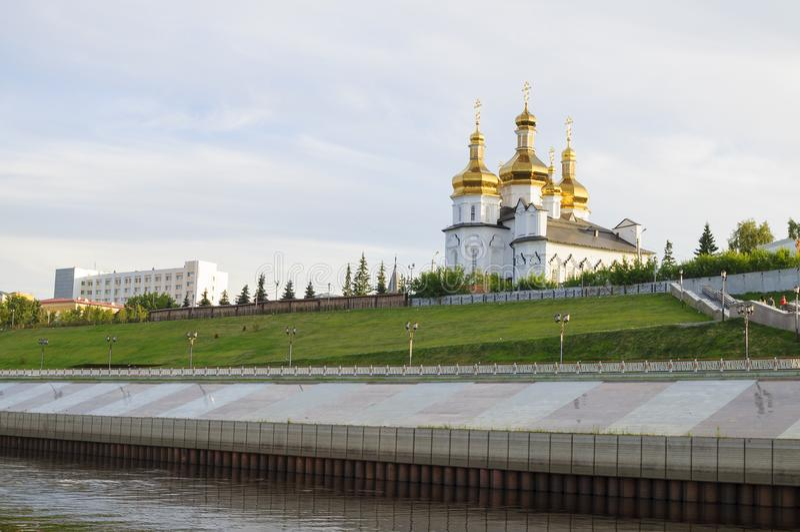 Tura River Embankment em Tyumen, Rússia Monastério da trindade santamente imagem de stock royalty free
