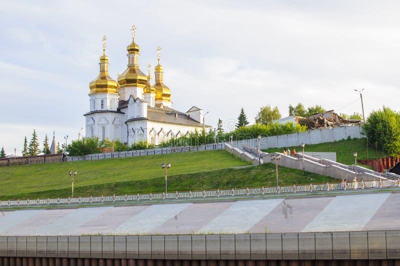 Tura River Embankment em Tyumen, Rússia Monastério da trindade santamente foto de stock royalty free