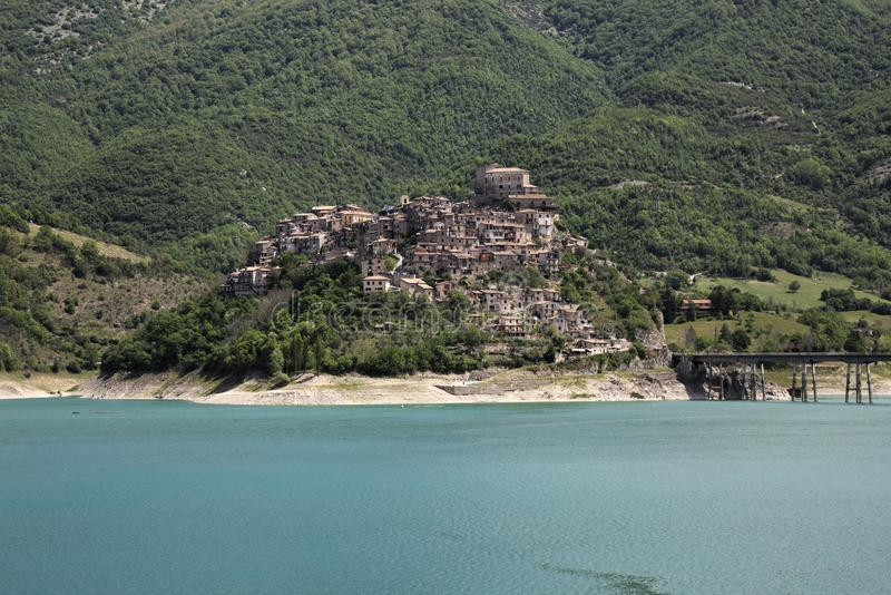 Turano sjö, Castel di Tora stad, nära Rieti arkivfoton