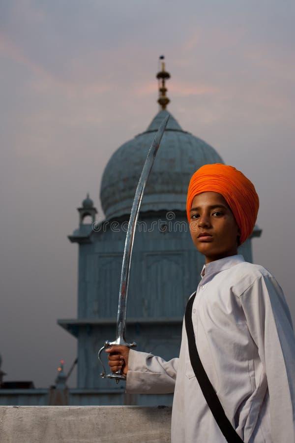 Turbante sikh del azafrán del muchacho de Paonta Sahib fotografía de archivo