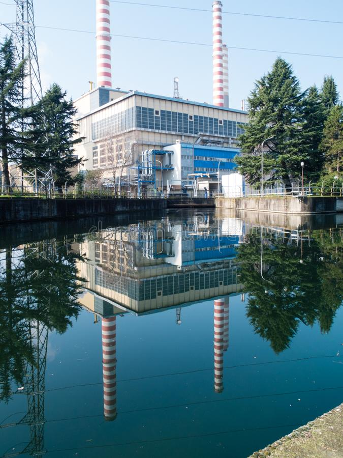 Turbigo-Ιταλία-03 12 2014, θερμοηλεκτρικές καπνοδόχοι εγκαταστάσεων Turbigo στοκ εικόνα
