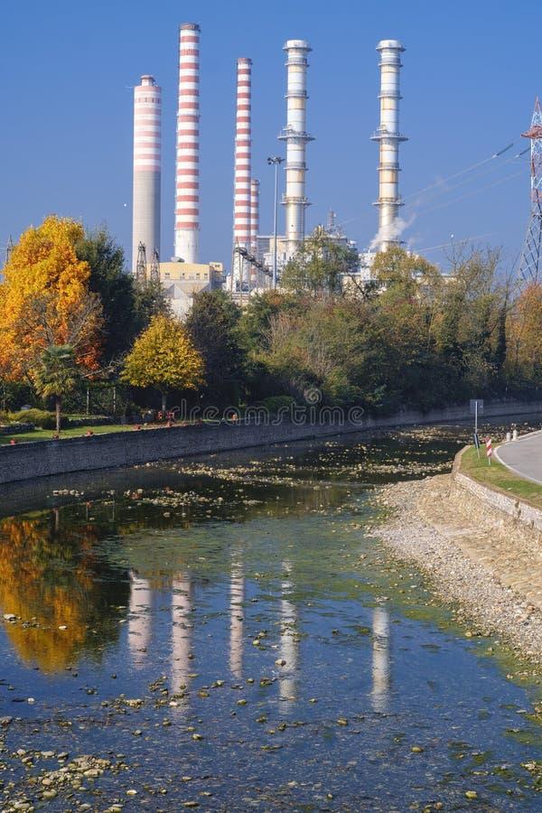 Turbigo Milán: chimeneas y canal fotos de archivo