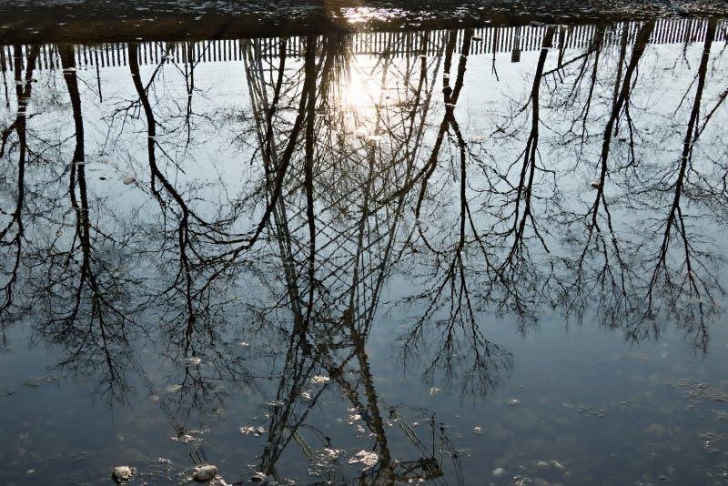 Turbigo milan lombardy l'Italie Réflexion d'un treillis dans l'eau de la grande rivière de Naviglio photographie stock libre de droits