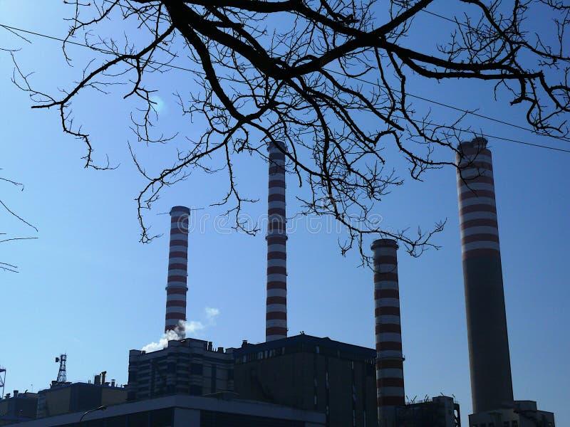 Turbigo Milano, Italien 06/102009 Profil av kraftverket med himmel royaltyfri fotografi