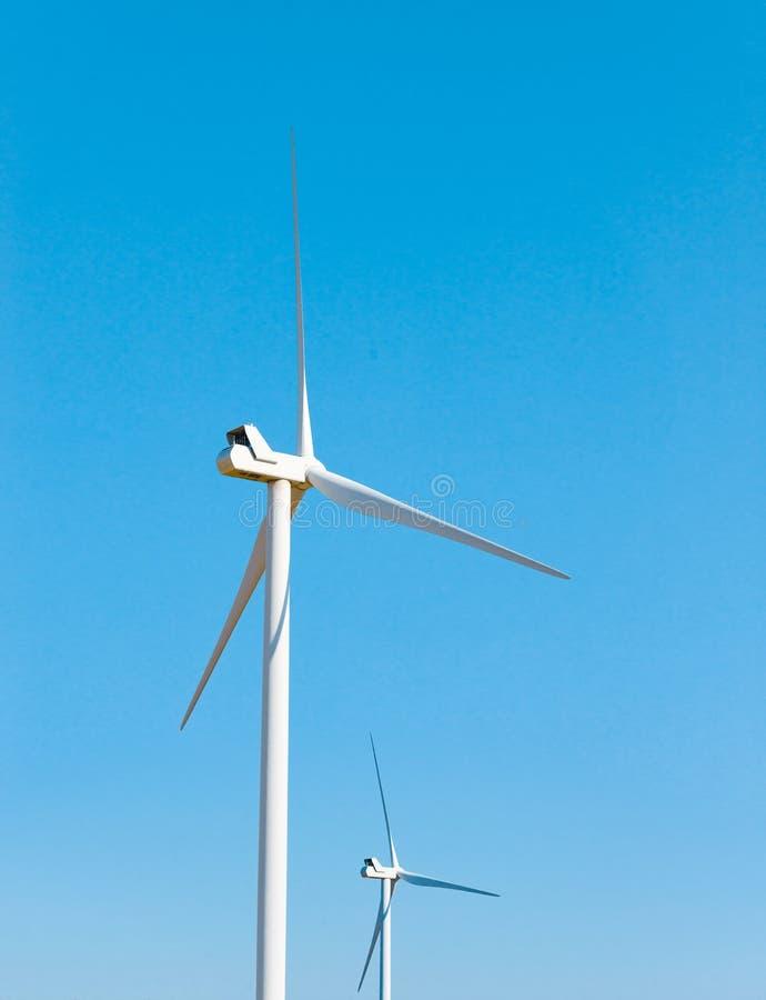 Turbin för vindgenerator på den blåa himlen Bacground Gr?nt f?rnybara energik?llorbegrepp arkivfoton