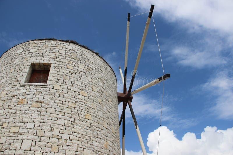 Turbina con cielo blu nuvoloso immagine stock libera da diritti