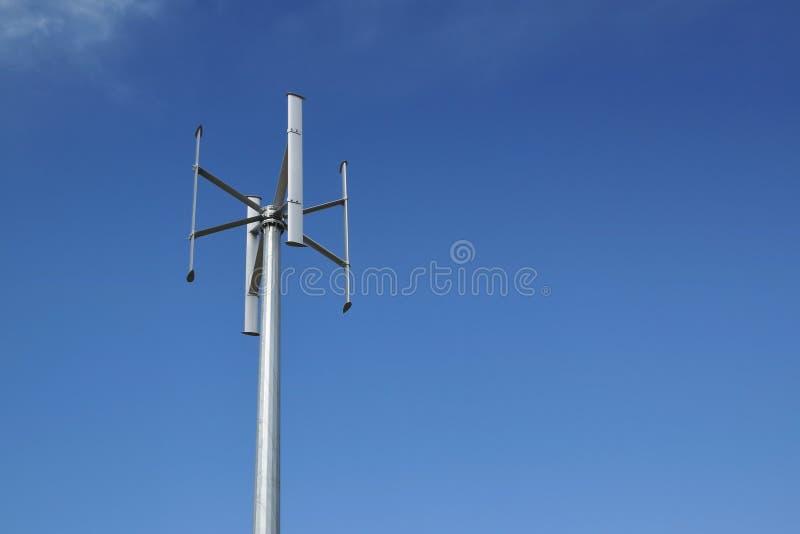 Turbina das energias eólicas em uma planta da produção de eletricidade Céu azul e espaço vazio da cópia fotos de stock