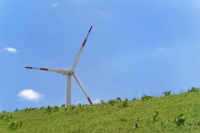 Turbina de vento de encontro ao céu azul desobstruído imagem de stock