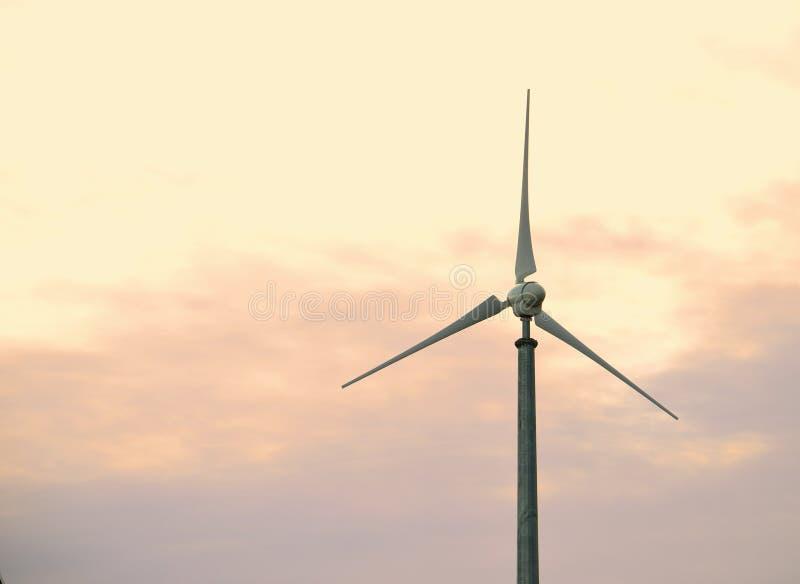 Turbina de vento no crepúsculo foto de stock royalty free