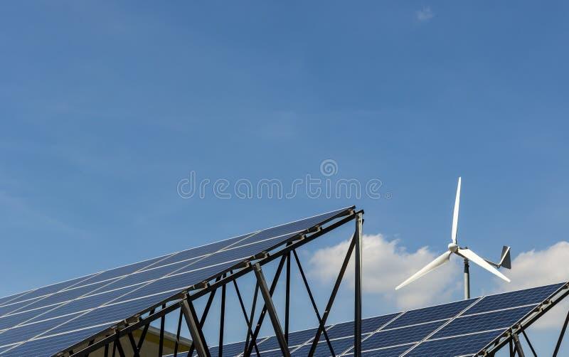 Turbina de viento aislada en el cielo azul y las nubes fotografía de archivo libre de regalías