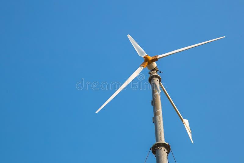 Turbina de viento contra el cielo azul imagen de archivo