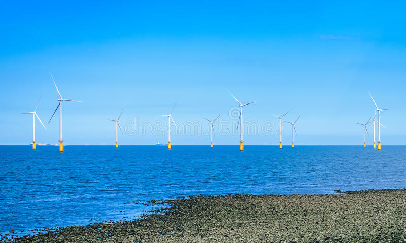 Turbina de viento costero en un parque eólico bajo construcción fotos de archivo