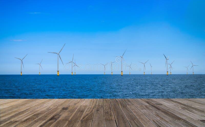 Turbina de viento costero en un parque eólico bajo construcción imagen de archivo libre de regalías