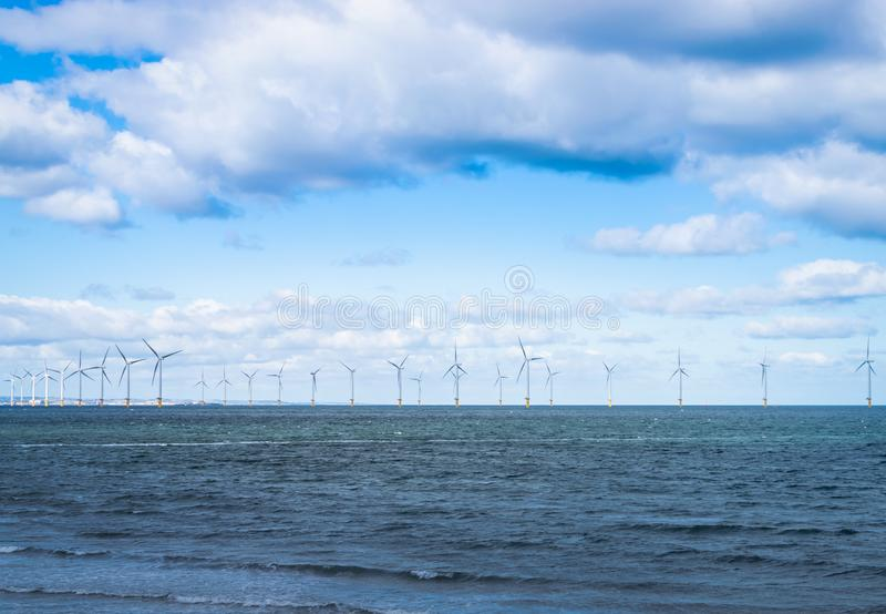 Turbina de viento costero en un parque eólico bajo construcción del imágenes de archivo libres de regalías