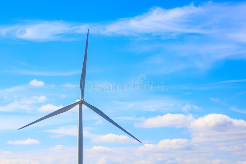 Turbina de viento eléctrico con el cielo azul y las nubes fotografía de archivo
