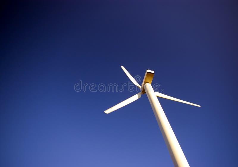 Turbina de viento en azul. imágenes de archivo libres de regalías