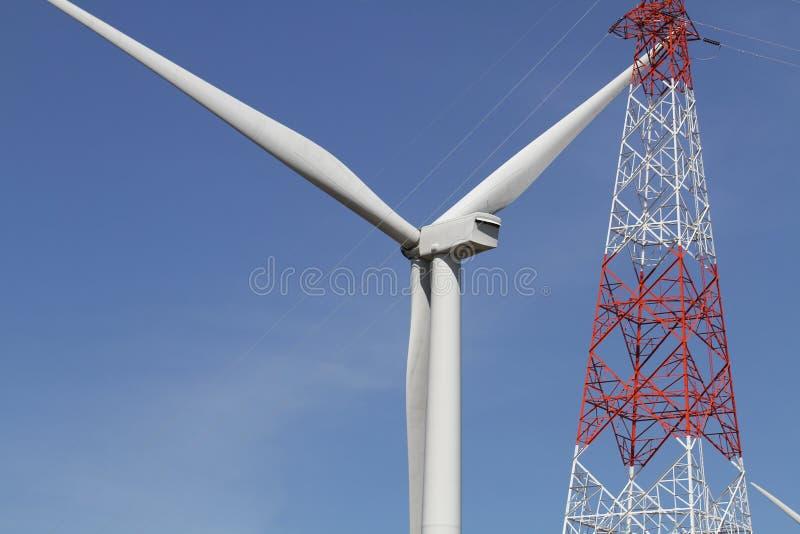 Turbina de viento en el cielo azul claro, energía renovable de la electricidad, concepto sostenible del desarrollo del poder de l fotografía de archivo libre de regalías