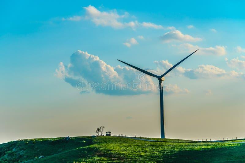 Turbina de viento en la colina en la niebla de la mañana imagenes de archivo