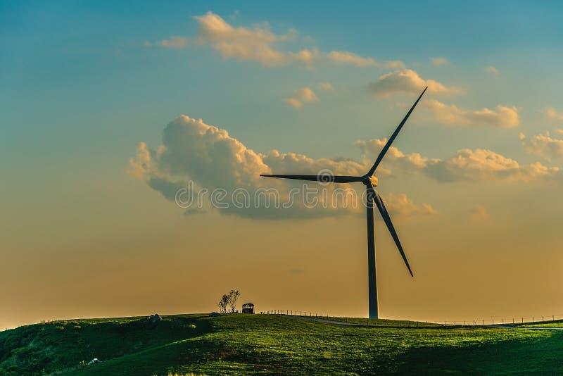 Turbina de viento en la colina en la niebla de la mañana imágenes de archivo libres de regalías
