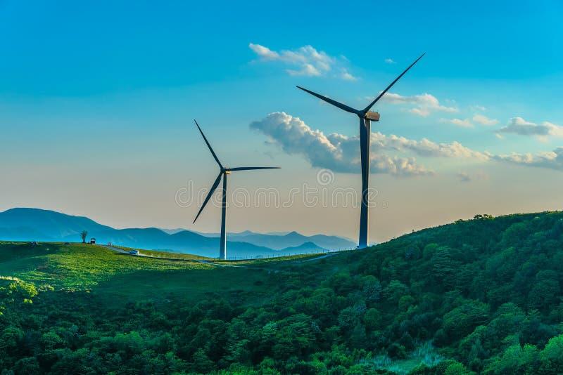 Turbina de viento en la colina en la niebla de la mañana foto de archivo libre de regalías