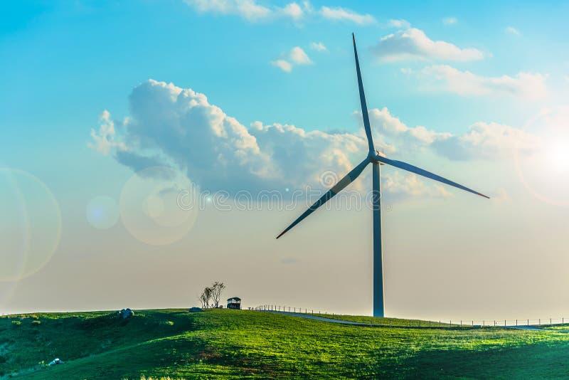 Turbina de viento en la colina en la niebla de la mañana imagen de archivo